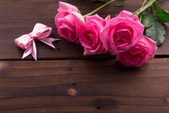 Ημέρα βαλεντίνου: ρόδινα τριαντάφυλλα, και κορδέλλες τόξων Στοκ φωτογραφία με δικαίωμα ελεύθερης χρήσης