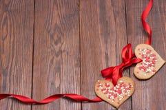 Ημέρα βαλεντίνων - διαμορφωμένα καρδιά μπισκότα και κώλυμα ως πλαίσιο Στοκ Εικόνα