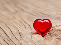 Ημέρα βαλεντίνων. Κόκκινη καρδιά στο ξύλινο υπόβαθρο. Μακροεντολή Στοκ Φωτογραφία