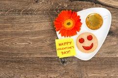 Ημέρα βαλεντίνων λουλουδιών μαργαριτών μπισκότων χαμόγελου καφέ Στοκ φωτογραφία με δικαίωμα ελεύθερης χρήσης