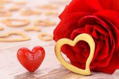 Ημέρα βαλεντίνων στο ειδύλλιο με ροδαλό και την καρδιά Στοκ Φωτογραφία