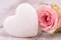 Ημέρα βαλεντίνων στο ειδύλλιο με ροδαλό και την καρδιά Στοκ φωτογραφία με δικαίωμα ελεύθερης χρήσης