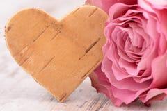 Ημέρα βαλεντίνων στο ειδύλλιο με ροδαλό και την καρδιά Στοκ εικόνα με δικαίωμα ελεύθερης χρήσης