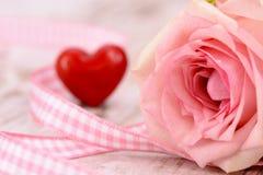 Ημέρα βαλεντίνων στο ειδύλλιο με ροδαλό και την καρδιά Στοκ εικόνες με δικαίωμα ελεύθερης χρήσης
