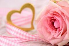 Ημέρα βαλεντίνων στο ειδύλλιο με ροδαλό και την καρδιά Στοκ Εικόνες