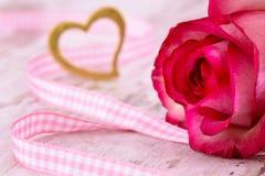 Ημέρα βαλεντίνων στο ειδύλλιο με ροδαλό και την καρδιά Στοκ φωτογραφίες με δικαίωμα ελεύθερης χρήσης