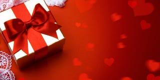 Ημέρα βαλεντίνων τέχνης  χρυσό κιβώτιο δώρων στο κόκκινο υπόβαθρο στοκ εικόνες