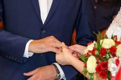 Ημέρα γάμου, ανταλλαγή των γαμήλιων δαχτυλιδιών στοκ εικόνες
