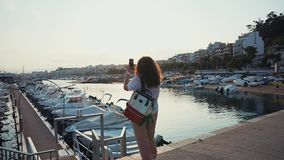 Ημέρα εξόδων γυναικών υπαίθρια στο λιμάνι μόνο φιλμ μικρού μήκους