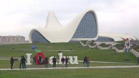 Ημέρα Ιανουαρίου σύννεφων στο κέντρο που ονομάζεται μετά από Heydar Aliyev baklava απόθεμα βίντεο