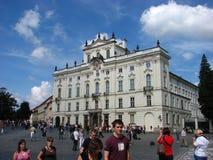ημέρα κάστρων που απολαμβάνει το συμπαθητικό θερινό τουρίστα της Πράγας στοκ εικόνες