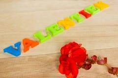 Ημέρα - κόκκινη αυξήθηκε και λέξεις που έγιναν από τις ζωηρόχρωμες επιστολές Στοκ Φωτογραφία