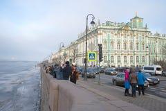 Ημέρα Μαρτίου σύννεφων στο ανάχωμα παλατιών Άγιος-Πετρούπολη Στοκ Φωτογραφίες