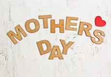 Ημέρα μητέρων με τις ξύλινες επιστολές σε ένα παλαιό άσπρο υπόβαθρο Στοκ Εικόνες