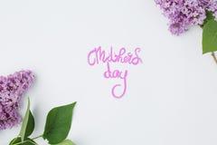 Ημέρα μητέρων ` s έννοιας, τα όμορφα λουλούδια ευθυγράμμισαν στο λευκό με το insc Στοκ φωτογραφία με δικαίωμα ελεύθερης χρήσης