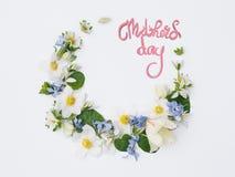 Ημέρα μητέρων ` s έννοιας, τα όμορφα λουλούδια ευθυγράμμισαν στο λευκό με το insc Στοκ Εικόνες