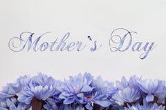 Ημέρα μητέρων ` s - λουλούδια και κείμενο Στοκ Εικόνες