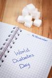 Ημέρα παγκόσμιου διαβήτη επιγραφής στους κύβους σημειωματάριων και ζάχαρης, σύμβολο του διαβητικού Στοκ Εικόνα