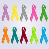 Ημέρα παγκόσμιου καρκίνου Ζωηρόχρωμες κορδέλλες συνειδητοποίησης που απομονώνονται πέρα από το γκρίζο υπόβαθρο στο ύφος κινούμενω Στοκ φωτογραφίες με δικαίωμα ελεύθερης χρήσης