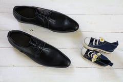 Ημέρα πατέρα, πάνινα παπούτσια παιδιών με μια ανθοδέσμη των μαργαριτών και daddy Στοκ φωτογραφίες με δικαίωμα ελεύθερης χρήσης