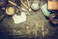Ημέρα πατέρα, φλιτζάνι του καφέ πραγμάτων των ατόμων, δεσμός, ζώνη, μαχαίρι, πορτοφόλι δέρματος, κείμενο θέσεων σε μια κάρτα αναδ Στοκ εικόνες με δικαίωμα ελεύθερης χρήσης