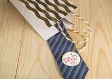 Ημέρα πατέρα, δώρο, δεσμός, ετικέττα μπαμπάδων στο ξύλινο υπόβαθρο Στοκ Εικόνα