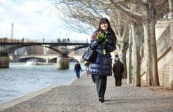 ημέρα που απολαμβάνει τις τουλίπες άνοιξη του Παρισιού κοριτσιών Στοκ εικόνα με δικαίωμα ελεύθερης χρήσης