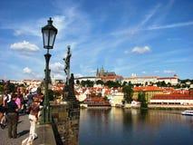 ημέρα που απολαμβάνει το συμπαθητικό θερινό τουρίστα της Πράγας στοκ φωτογραφίες