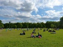 Ημέρα σε ένα πράσινο πάρκο Στοκ φωτογραφία με δικαίωμα ελεύθερης χρήσης