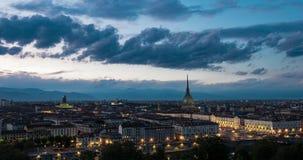 Ημέρα στο νυχτερινό σφάλμα του Τουρίνου ορίζοντας του Τορίνου, Ιταλία με τον τυφλοπόντικα Antonelliana που υψώνεται πέρα από τα κ απόθεμα βίντεο