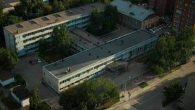 Ημέρα 4 σχολικό κτίριο τούβλου ιστορίας dorm, φθινόπωρο πτώσης, τοπ άποψη φιλμ μικρού μήκους