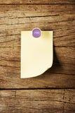 Ημέρα της κολλώδους σημείωσης εβδομάδας με την καρφίτσα πέρα από το ξύλινο υπόβαθρο Στοκ φωτογραφία με δικαίωμα ελεύθερης χρήσης