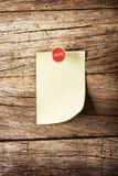 Ημέρα της κολλώδους σημείωσης εβδομάδας με την καρφίτσα πέρα από το ξύλινο υπόβαθρο Στοκ Φωτογραφίες