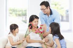 Ημέρα της μητέρας εορτασμού κορών και πατέρων Στοκ Φωτογραφίες