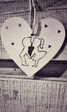 Ημέρα της Valentina άσπρη εκλεκτής ποιότητας καρδιά, ένα αγόρι με τα χέρια μιας κοριτσιών εκμετάλλευσης στοκ φωτογραφία με δικαίωμα ελεύθερης χρήσης