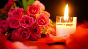 Ημέρα του βαλεντίνου διακοσμήσεων με το μήκος σε πόδηα καψίματος ανθοδεσμών και κεριών λουλουδιών απόθεμα βίντεο