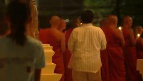 Ημέρα του Βούδα στο βουδιστικό ναό Οι άνθρωποι φέρνουν τα κεριά, τα λουλούδια και τα ραβδιά θυμιάματος Κριός Nakha Wat, Phuket, Τ φιλμ μικρού μήκους
