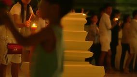 Ημέρα του Βούδα στο βουδιστικό ναό Οι άνθρωποι φέρνουν τα κεριά, τα λουλούδια και τα ραβδιά θυμιάματος Κριός Nakha Wat, Phuket, Τ απόθεμα βίντεο