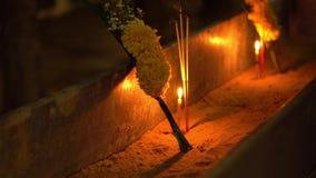Ημέρα του Βούδα στο βουδιστικό ναό Τους ανθρώπους καθορισμένους τα κεριά, τα λουλούδια και τα ραβδιά θυμιάματος Κριός Nakha Wat,  φιλμ μικρού μήκους