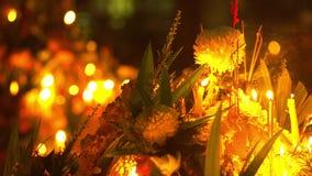 Ημέρα του Βούδα στο βουδιστικό ναό Τους ανθρώπους καθορισμένους τα κεριά, τα λουλούδια και τα ραβδιά θυμιάματος Κριός Nakha Wat,  απόθεμα βίντεο