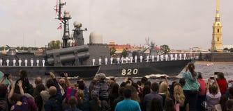 Ημέρα του ναυτικού με τους ανθρώπους Αγία Πετρούπολη στοκ εικόνες