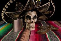 Ημέρα του νεκρών κρανίου, του σομπρέρο, του σταυρού, & της φιάλης Tequila Στοκ φωτογραφίες με δικαίωμα ελεύθερης χρήσης