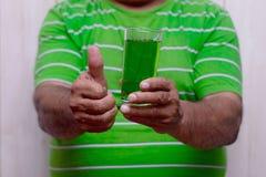 Ημέρα του ST Πάτρικ Foamy πράσινη μπύρα Ένα γυαλί της πράσινης κινηματογράφησης σε πρώτο πλάνο μπύρας στοκ φωτογραφία