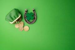 Ημέρα του ST Patricks, τυχερές γοητείες Horesechoe και τριφύλλι στο πράσινο υπόβαθρο Στοκ Εικόνες