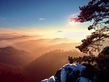 Ημέρα τσίλι στους βράχους Δύσκολη αιχμή του βουνού στη χειμερινή ημέρα Στοκ φωτογραφία με δικαίωμα ελεύθερης χρήσης