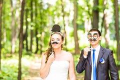 Ημέρα των ανόητων Απριλίου Τοποθέτηση γαμήλιων ζευγών με τα χείλια ραβδιών, μάσκα Στοκ Εικόνες