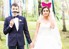 Ημέρα των ανόητων Απριλίου Τοποθέτηση γαμήλιων ζευγών με τη μάσκα Στοκ φωτογραφίες με δικαίωμα ελεύθερης χρήσης