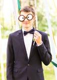 Ημέρα των ανόητων Απριλίου Το γαμήλιο ζεύγος έχει τη διασκέδαση με τη μάσκα Στοκ Εικόνες