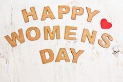 Ημέρα των ευτυχών γυναικών με τις ξύλινες επιστολές σε ένα παλαιό άσπρο υπόβαθρο Στοκ εικόνα με δικαίωμα ελεύθερης χρήσης