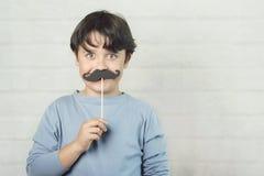 Ημέρα των ευτυχών fatherÂ, αγόρι με το ψεύτικο mustache στο ραβδί στοκ φωτογραφία με δικαίωμα ελεύθερης χρήσης